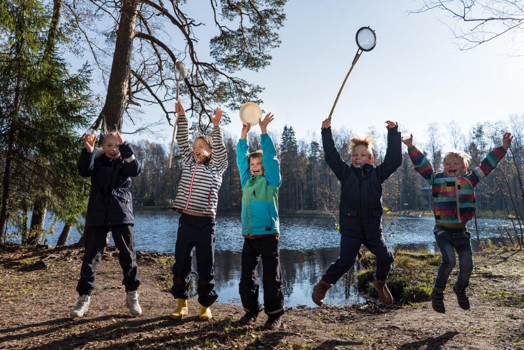 Kuva ympäristökasvatuksen Ruusu -tunnustuspalkinnon vuoden 2020 voittajan, Pääkaupunkiseudun kierrätyskeskuksen toiminnasta lasten kanssa.